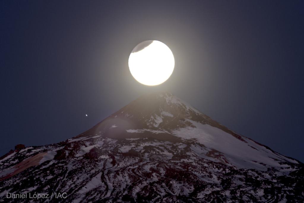 Luna parcialmente eclipsada sobre pico Teide 2