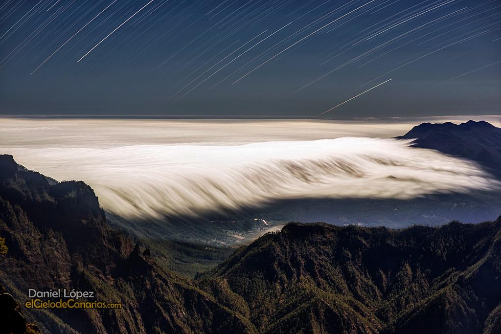 Cascada de nubes y trazas estelares
